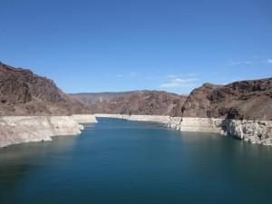Blick vom Hoover Staudamm auf den Lake Mead, der aufgrund der exzessiven Wasserentnahme und der anhaltenden Dürreperiode immer weiter austrocknet.